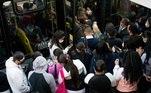 Cerca de 57% dos passageiros de ônibus deSão Paulo (SP) são mulheres jovens e negras, segundo pesquisa realizada pelaSPTrans, da prefeitura da capital paulista, divulgada nesta quarta-feira (26).O estudo aponta que, de modo geral, estegrupo majoritário possui ensino médio completo, trabalha no setor de comércio etem renda média familiar de R$ 2,4 mil, pertencendo à classe C.