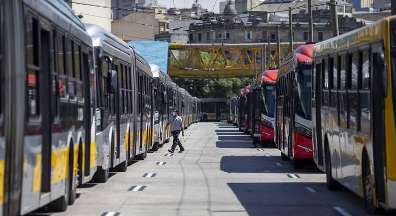 Ônibus no terminal Parque Dom Pedro, em São Paulo (SP)