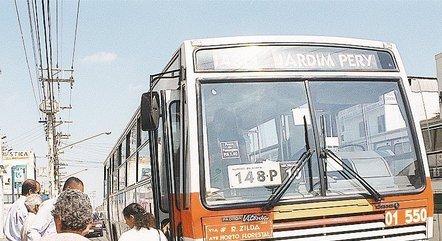 Passageiros pegam ônibus com tarifa a R$ 1 em comemoração ao dia dos Dia dos Pais em agosto de 2001