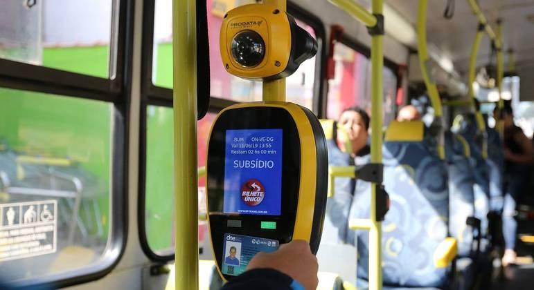 Usuário de transporte público passa seu Bilhete Único em ônibus na zona leste de São Paulo