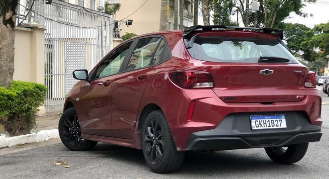 Já o Onix RS, mudou somente no visual. Na dianteira o compacto da GM ganhou grade colmeia na cor preto brilhante e outros itens