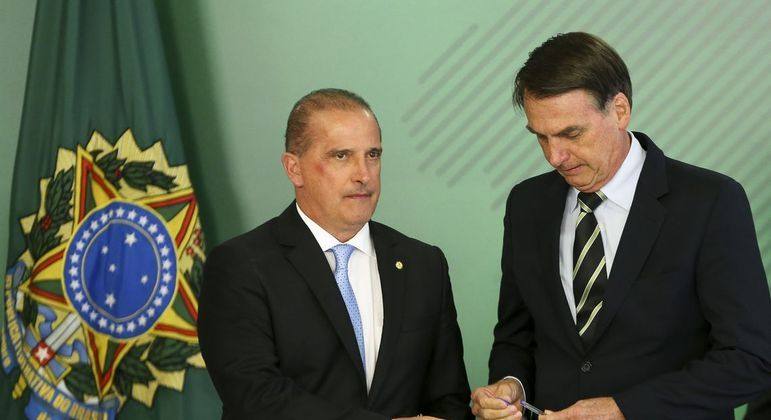 Onyx Lorenzoni  ao lado do presidente Jair Bolsonaro em evento no Palácio do Planalto