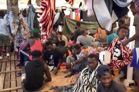 Imigrantes ainda estão a bordo do navio no Mediterrâneo