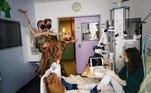 Dois dançarinos da Ópera de Paris se apresentaram para crianças que estão em tratamento em um hospital infantil da capital da França