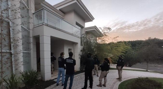 Agentes cumpriram mandados em mansões e apreenderam artigos de luxo