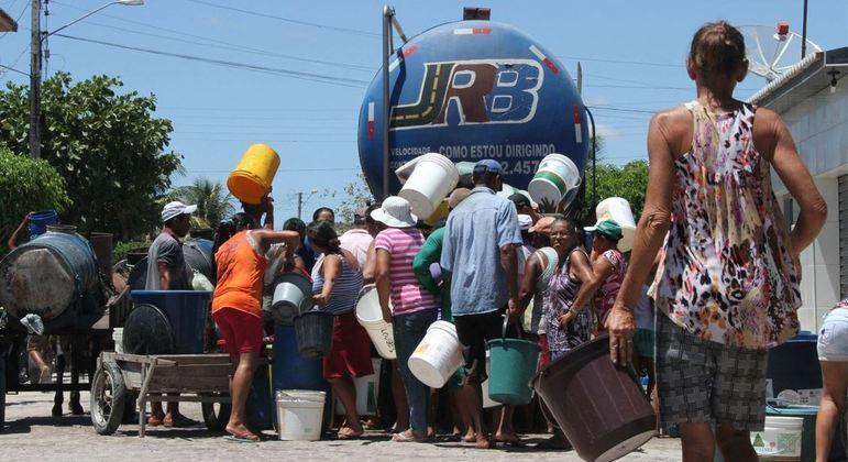 População busca água da Operação Carro-Pipa em em Águas Belas, interior de Pernambuco
