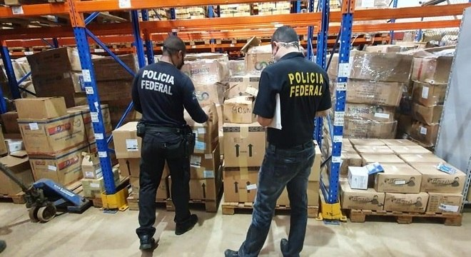 Policiais investigam material durante a Operação Cobiça Fatal no Maranhão