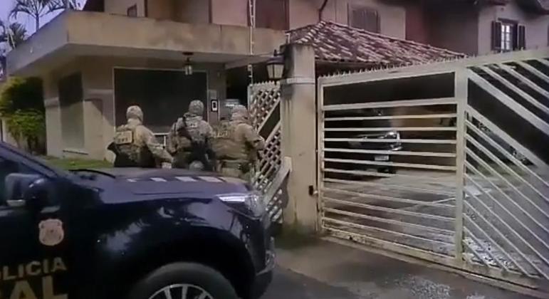 Polícia cumpriu mandado de busca na casa de um guarda civil em Cotia, na Grande SP