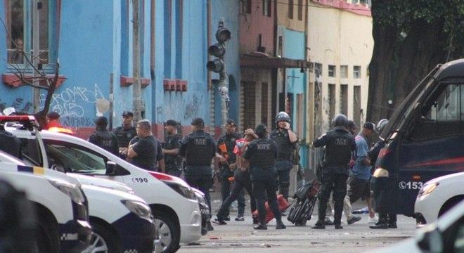 Operação gera confusão entre PMs e moradores da Cracolândia em SP