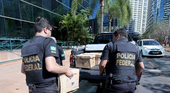 Policiais federais retiram documentos durante Operação Greenfield, no Distrito Federal