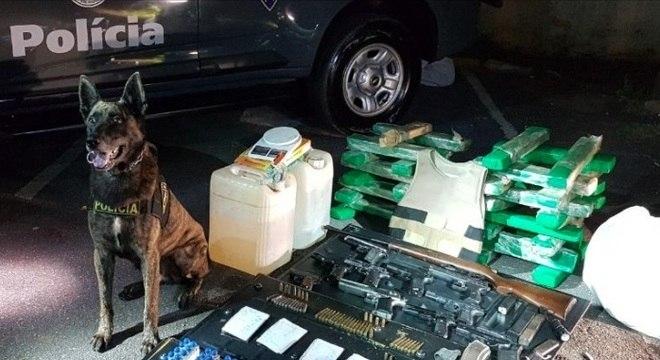 A Operação Pancadão apreendeu drogas, veículos e armas neste sábado (7)