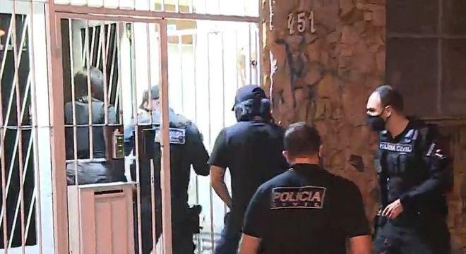 Materiais apreendidos e o suspeito detido na operação vão para o DHPP
