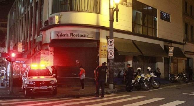 Guardas entram em lojas para retirar produtos piratas no centro de SP