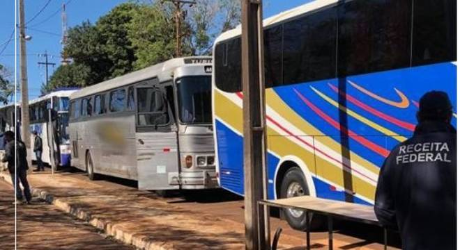 Veículos foram abordados e apreendidos por agentes da Receita com apoio da PM
