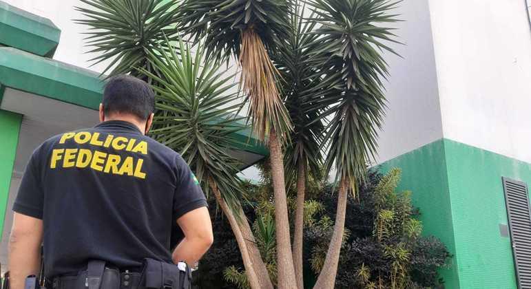 Os policiais federais cumprem mandados de busca e apreensão no DF e Rio de Janeiro