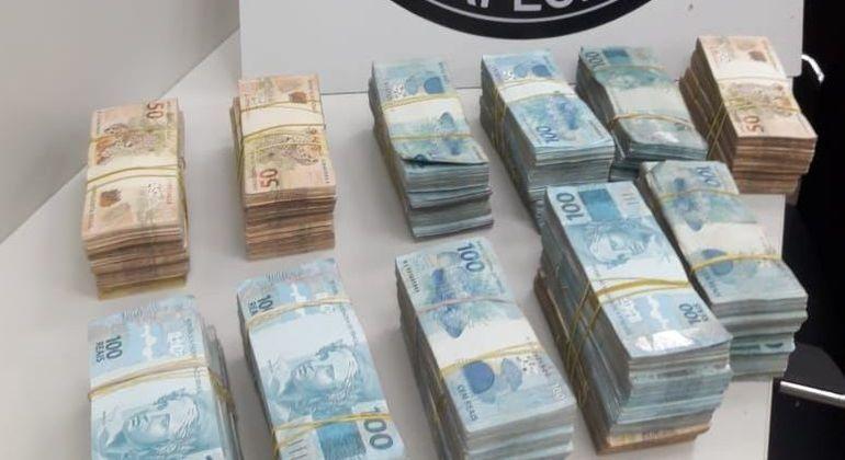 Foram apreendidos R$ 827 mil em dinheiro
