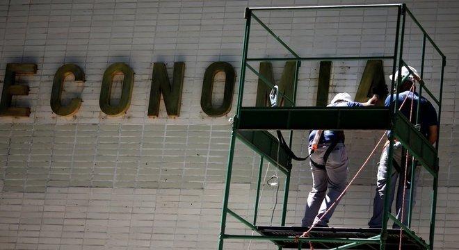 Operários fazem manutenção de prédio governamental em Brasília; boletim reduziu projeção de crescimento para 2019