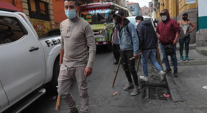 Opositores do MAS atacaram simpatizantes com paus, pedras e lixo nas ruas