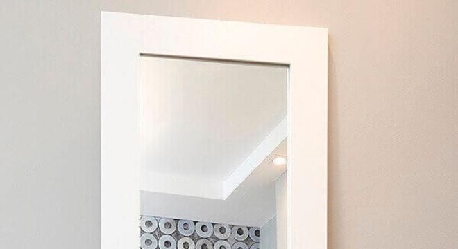 Opte por um espelho grande para decorar o quarto compartilhado