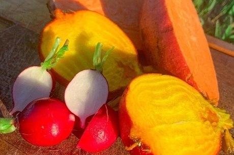 Legumes, verduras e frutas são vendidos em cestas