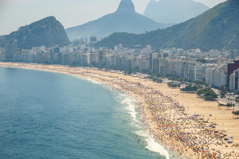 Movimentação na Praia do Leme, no Rio de Janeiro (RJ), neste domingo (20)
