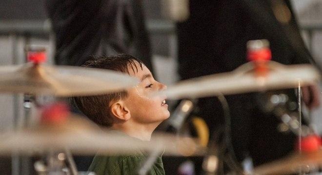 Orquestra de Baterias faz história com suor, chuva e muito amor pela música