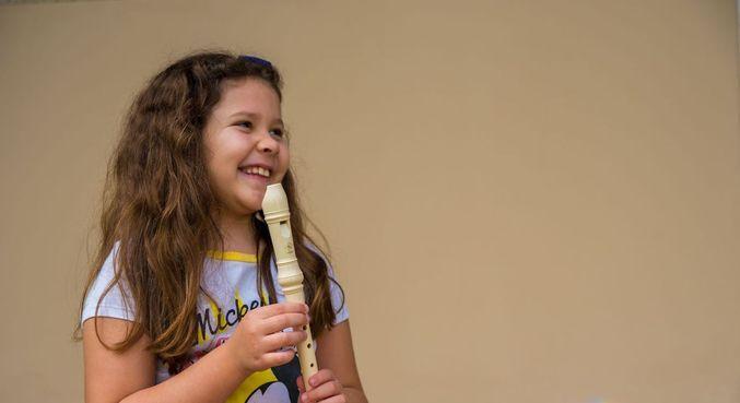 Aos 9 anos, Sara já sabe tocar Bate o Sino e uma das sinfonias de Beethoven