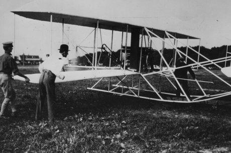 Ministro afirmou que o avião foi inventado por um indiano, antes dos irmãos Wright e de Santos Dumont