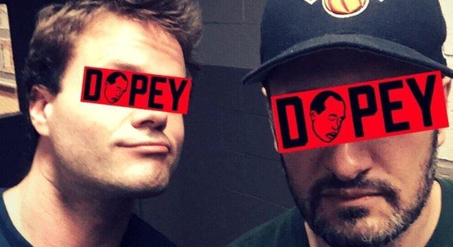 Chris e Dave (à direita) criaram o podcast Dopey tentando manter o anonimato