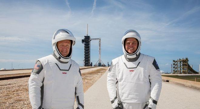 Astronautas da Nasa Douglas Hurley e Robert Behnken provam a vestimenta da missão