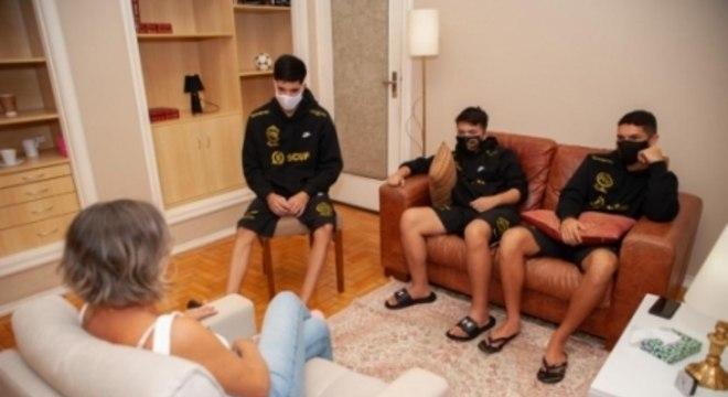 Os atletas MH, Danielzinho e Ícaro em sessão com a psicóloga Josele Scalco (foto: Max Peixoto)