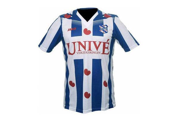 os corações aparecem em varias partes estampados na camisa , afinal fazem parte do escudo do clube SC Heerenveen.