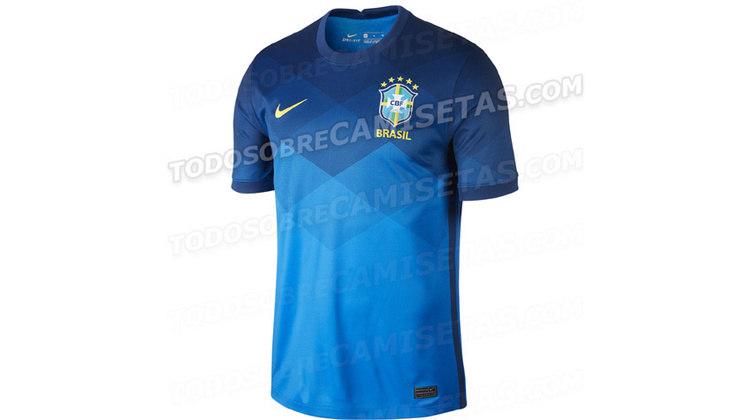 Os detalhes da camisa azul seguem o mesmo formato da gola e da borda da manga do uniforme amarelo