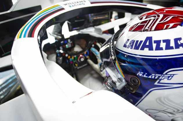 Os detalhes do cockpit da Williams e os muitos botões no volante de Latifi