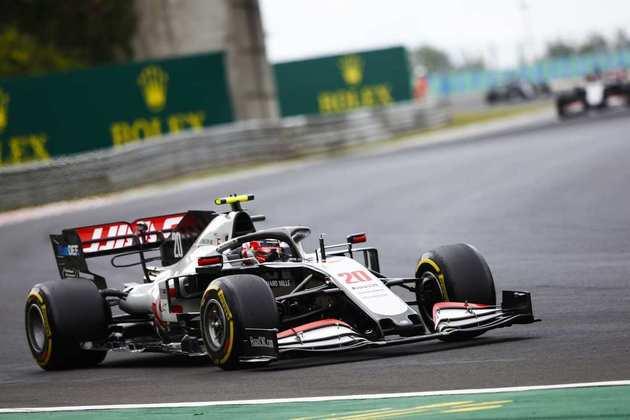 Os dois carros acabaram punidos pela atitude, mas Magnussen marcou um ponto