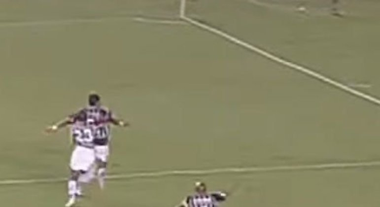 Os duelos entre os tricolores foram de arrepiar. Depois do São Paulo vencer por 1 a 0 no Morumbi, o Fluminense aplicou 3 a 1 no Maracanã com um gol de cabeça de Washington nos acréscimos, avançando às semifinais.