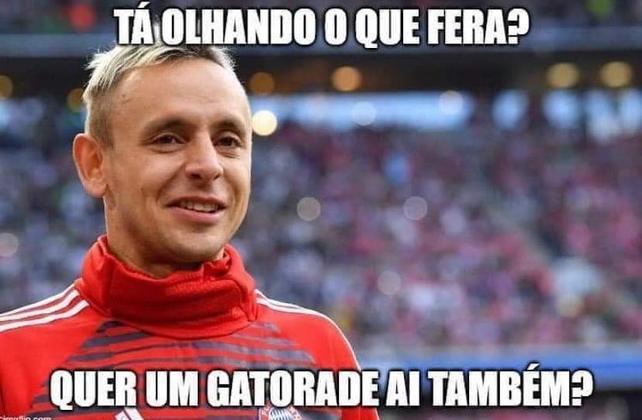 Os memes com Rafinha se intensificaram após o jogador perder o pênalti decisivo da final da Taça Rio contra o Fluminense, mas as provocações dos rivais já são antigas. Veja nas próximas imagens alguns memes!