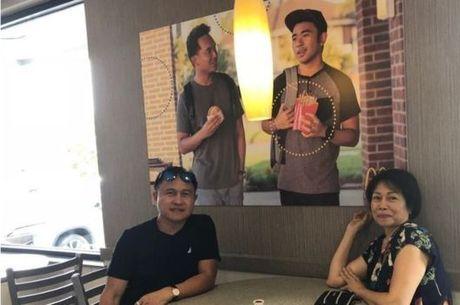 Os pais de Jevh também tiraram foto com o pôster, que segue na parede meses após ter sido pendurado