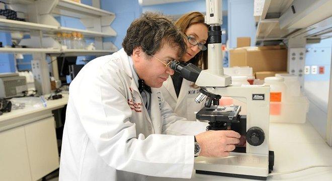Os pesquisares María Elena Bottazzi (à direita) e Peter Hotez dirigem um laboratório nos EUA que criou uma vacina para a Sars, doença causada por outro coronavírus