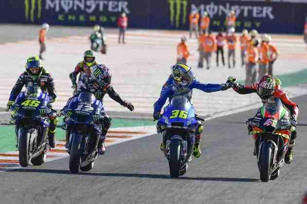 Os pilotos cumprimentam Mir após a corrida em Valência
