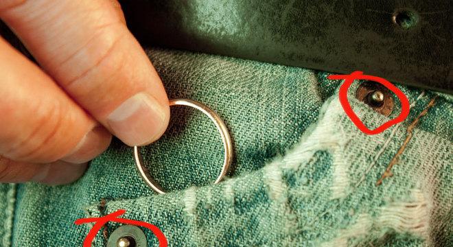 Os rebites na calça jeans são os esqueuomorfos nesta foto