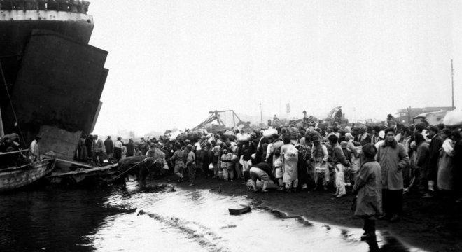 Os refugiados se juntaram no porto de Hungnam em dezembro de 1950