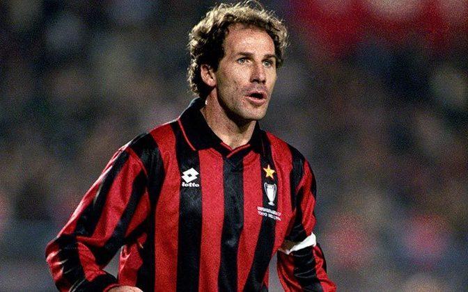 Os rossoneros também aposentaram a camisa 6, do ídolo Baresi, que atuou por lá entre 1977 a 1997, ou seja, toda a sua carreira