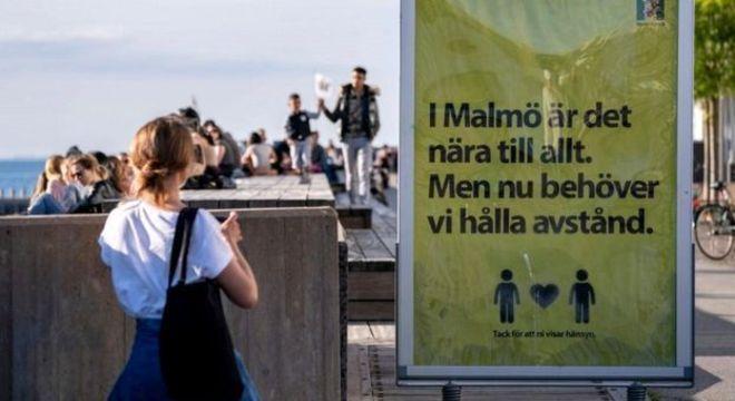 Os suecos foram aconselhados a manter o distanciamento social, mas não houve um lockdown completo do país
