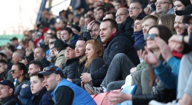 Os torcedores aplaudem, enquanto assistem à partida de futebol da Bielorrússia na Premier League entre FC Minsk e FC Dinamo-Minsk em Minsk, em 28 de março.