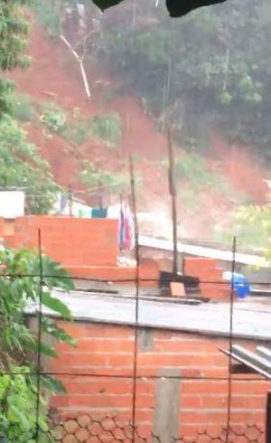 Após chuva, deslizamento de terra atinge casa em Osasco