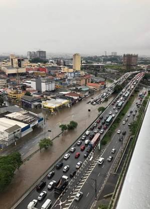 Avenida Maria Campos também alagou