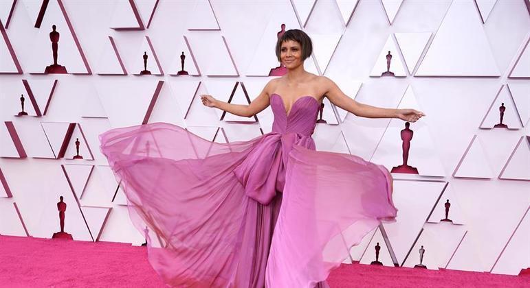 A atriz Halle Berry posa no tapete vermelho