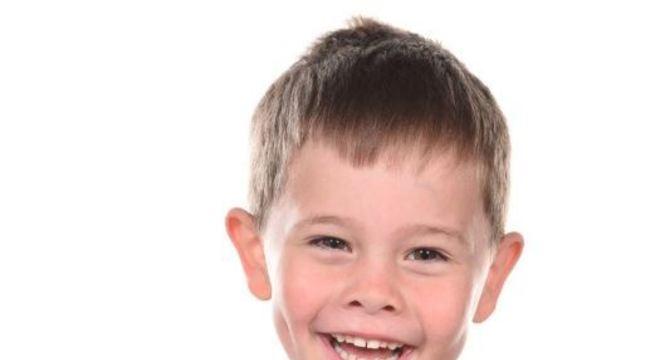 O britânico Oscar, 5, tem um câncer raro e necessita de transplante de medula