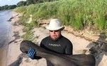 Derek Demeter eHenry Sadler (na imagem) estimam que o pedaço de osso pré-histórico, de 22 kg, tenha cerca de 100.000 anos. Além de mergulhadores, eles são paleontólogos amadores